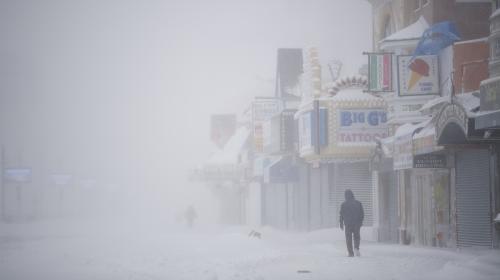 """Blizzard, froid polaire, vagues géantes... Qu'est-ce que la """"bombe cyclonique"""" qui paralyse la côte est des Etats-Unis ?"""