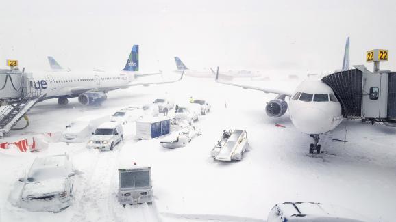 En images : les États-Unis paralysés par une tempête de neige