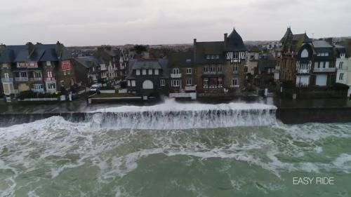 VIDEO. Un drone capture d'impressionnantes images des vagues et de la tempête à Saint-Malo