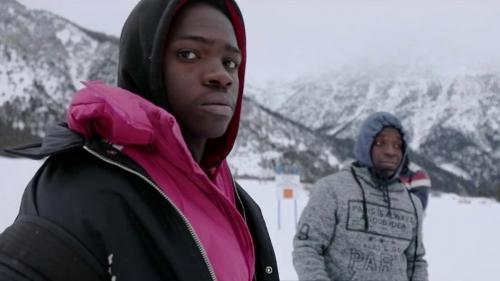 DOCUMENT FRANCE 2. Sur la route avec les migrants qui passent le col de l'Echelle, entre l'Italie et la France, en plein hiver