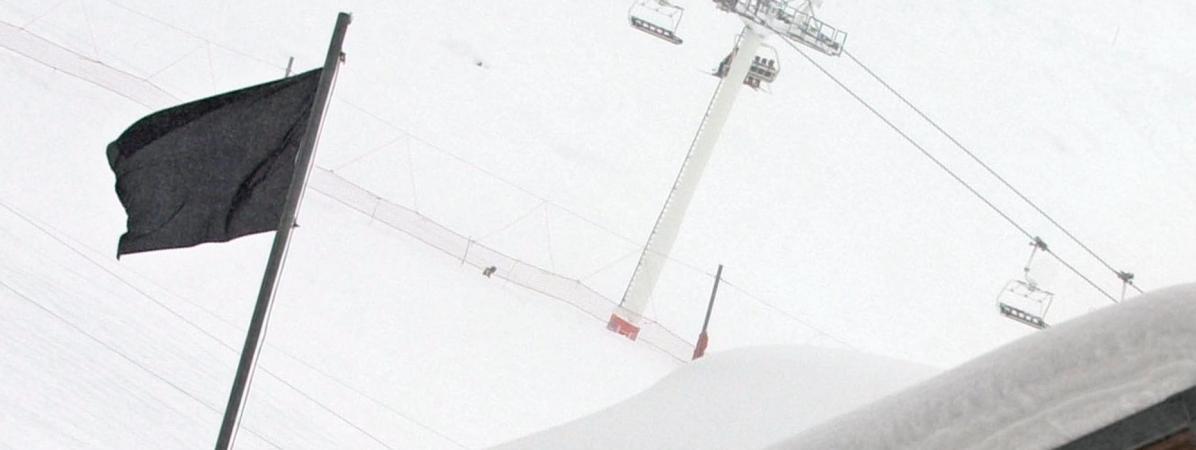 Un drapeau noir indique le risque d\'avalanche maximum de 5 sur une échelle de 5, le 13 janvier 2004, à Val-Thorens (Savoie).