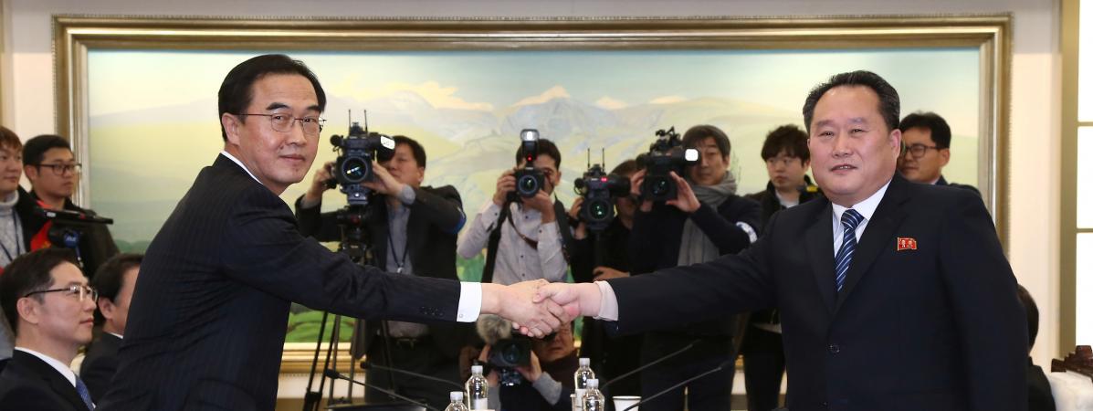 Le leader de la délégation de négociateurs sud-coréens, Cho Myoung-gyon (à gauche) serre la main de son homologue nord-coréen, Ri Son-gwon, lors des premiers pourparlers entre les deux pays en plus de deux ans, le 9 janvier 2018 à Panmunjom, dans la zone démilitarisée.