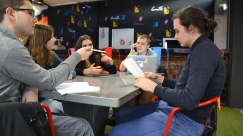 Val-de-Marne : des lycéens livrés à eux-mêmes après la découverte d'amiante dans leur établissement