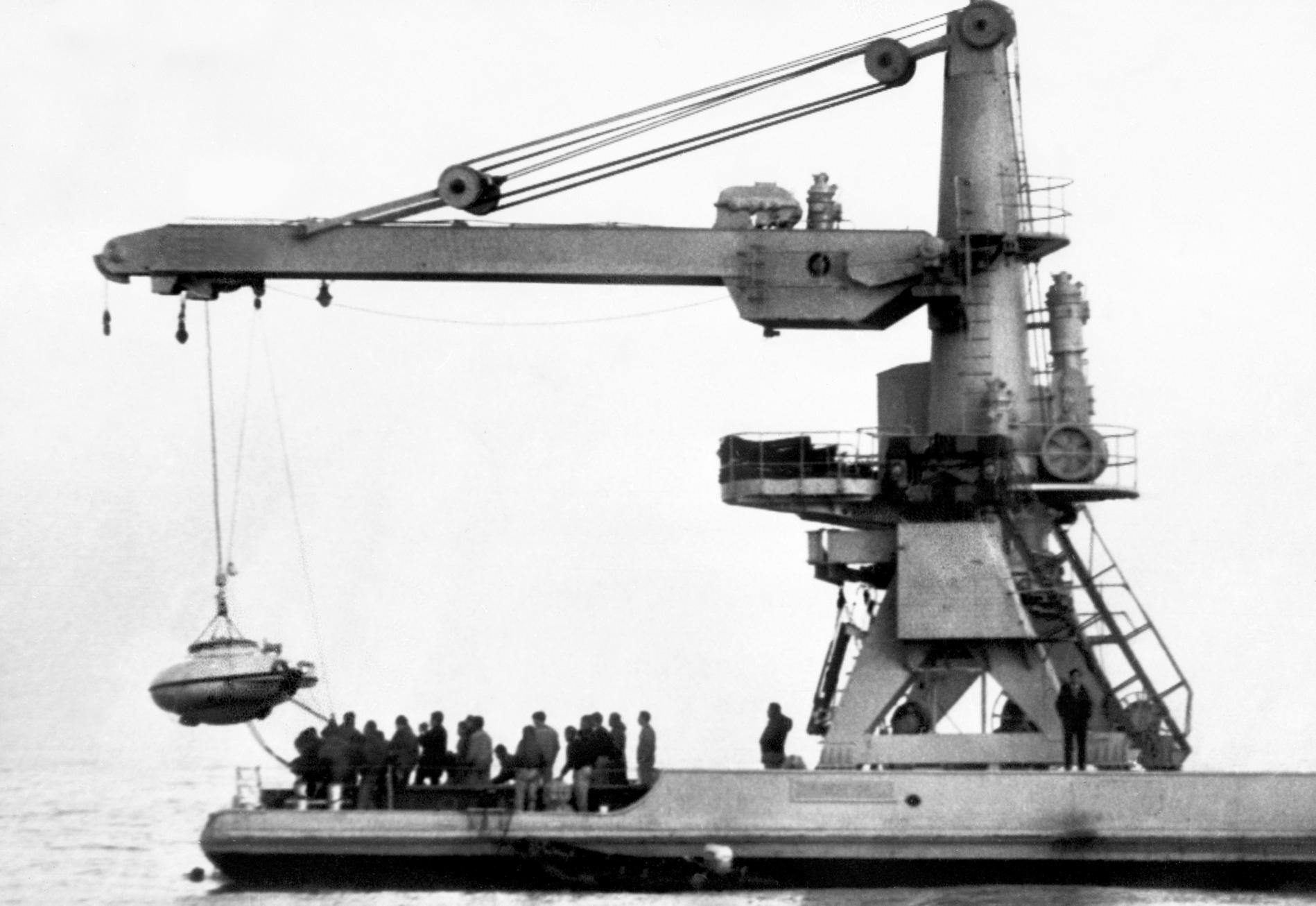 """La mise à l'eau de la soucoupe plongeante du commandant Cousteau, mobilisée lors de l'opération derecherche de """"La Minerve"""",le 31 janvier 1968."""