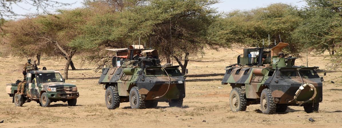 Des soldats français de la force Barkhane patrouillent à Timbamogoye (Mali), le 10 mars 2016.