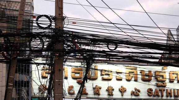 Des câbles suspendus aux poteaux dans la ville de Bangkok