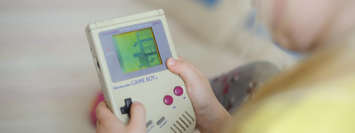 Un enfant joue à un modèle original de Game Boy, la console portable de l\'entreprise japonaise Nintendo. (Photo d\'illustration)