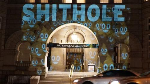 """VIDEO. """"Pays de merde"""" s'affiche sur l'hôtel de Donald Trump à Washington"""