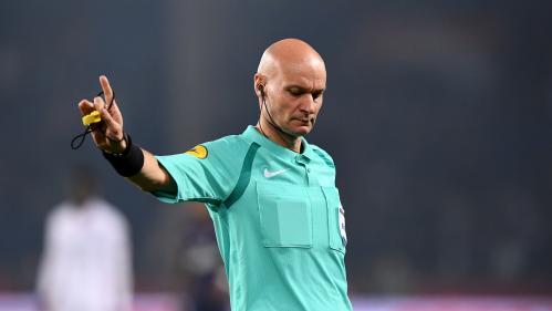 Football : l'arbitre Tony Chapron tacle un joueur avant de l'exclure lors du match Nantes-PSG