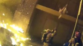 VIDEO. Etats-Unis : un pompier sauve un enfant lancé depuis le 2e étage d'un immeuble en flammes