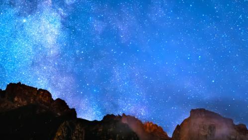 """VIDEO. """"Le ciel est en voie de disparition"""" : un photographe veut remettre des étoiles dans les yeux des internautes"""