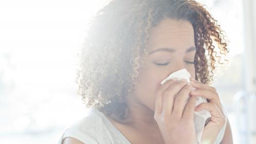Déchirure dans la gorge, tympan percé... Des chercheurs mettent en garde contre les dangers des éternuements réprimés