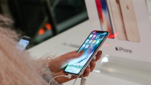 """Samsung et Apple visés par une enquête pour """"obsolescence programmée"""" en Italie"""