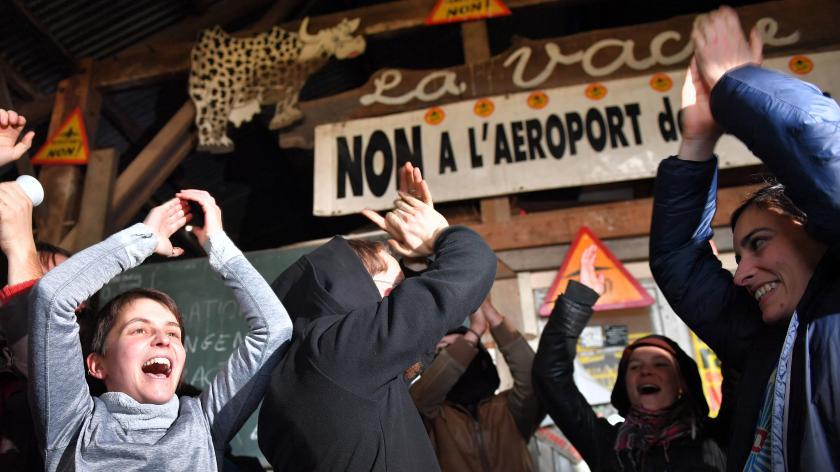 Des militants célèbrent la décision du gouvernement d\'abandonner le projet d\'aéroport, le 17 janvier 2018, sur la ZAD àNotre-Dame-des-Landes (Loire-Atlantique).