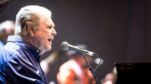 Le chanteur des Beach Boys Brian Wilson obtient enfin une bonne note en musique au lycée