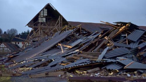 Une tempête fait huit morts dans le nord de l'Europe et paralyse les transports