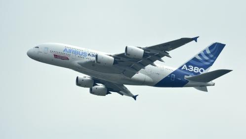 La compagnie Emirates annonce la commande de 36 avions A380, un soulagement pour le programme très gros-porteur d'Airbus