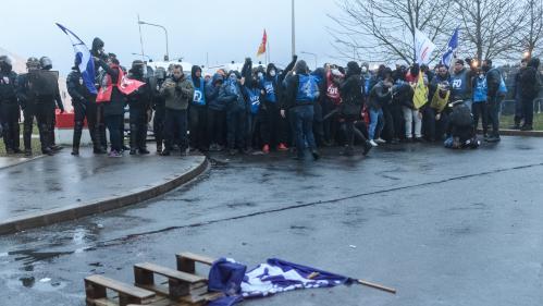 Des incidents entre forces de l'ordre et surveillants éclatent devant la prison de Fleury-Mérogis