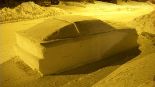 Canada : un habitant de Montréal piège la police en sculptant une voiture en neige