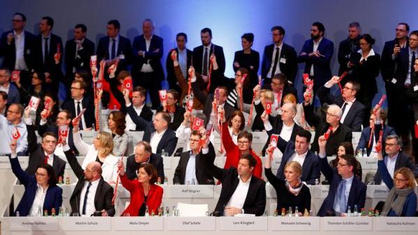 Allemagne : le parti social-démocrate approuve le principe d'une coalition avec la CDU d'Angela Merkel