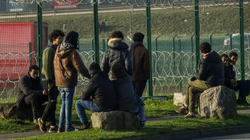"""VIDEO. Images à l'appui, Yann Moix affirme que des """"actes de barbarie"""" sont commis sur les migrants à Calais"""
