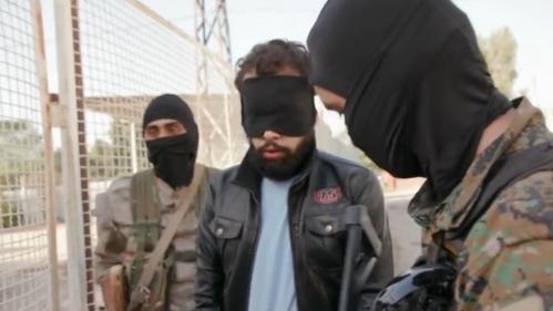 """DOCUMENT FRANCE 2. """"Tu crois qu'on va oublier ?"""" : un Français des forces kurdes fait face à son détenu jihadiste qui veut rentrer en France"""