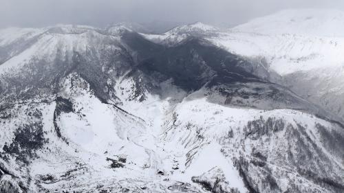 VIDEO. Japon : au moins un mort et 15blessés après une éruption volcanique près d'une station de ski