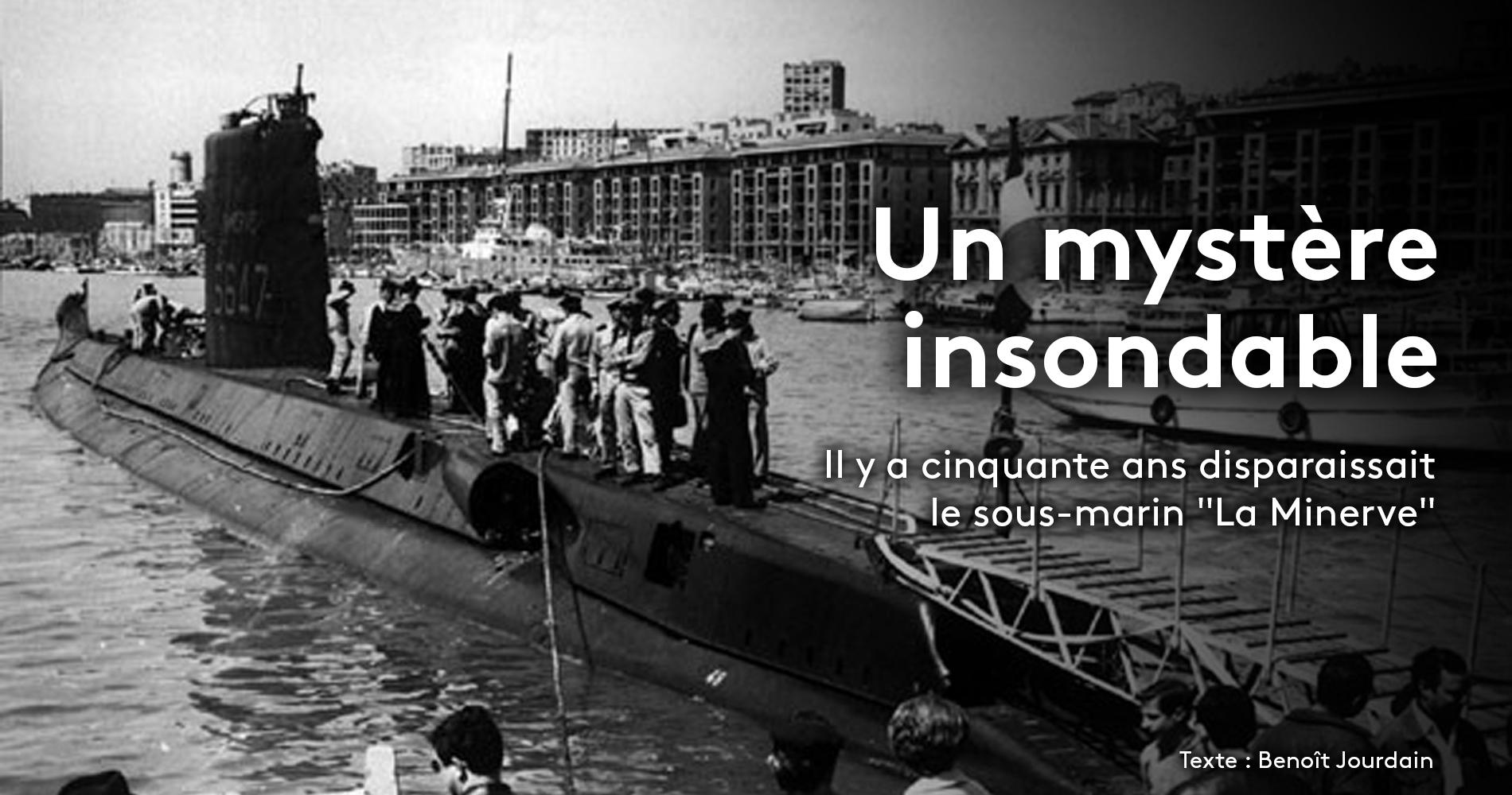 """Le sous-marin français \""""La Minerve\"""", en rade de Toulon (Var)."""