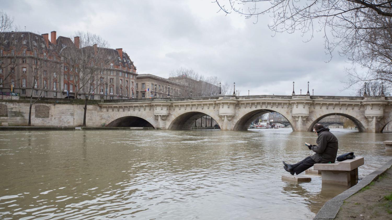 A Paris Le Zouave Du Pont De L Alma Surveille La Montee Des