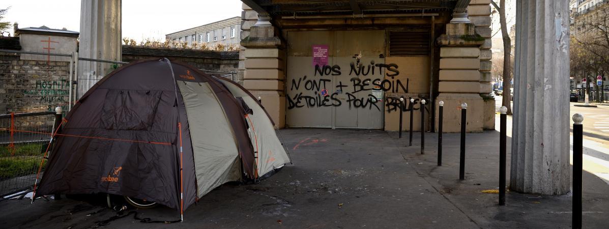 La tente d\'un sans-domicile-fixe sous un pont parisien, le 28 décembre 2017.