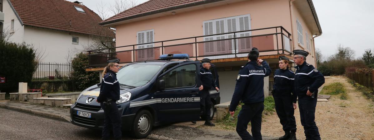 Des gendarmes montent la garde devant le domicile de Jonathann Daval, le 29 janvier 2018, à Gray-la-Ville (Haute-Saône), lors d\'une perquisition.