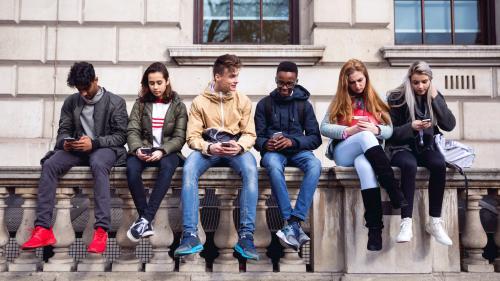 Les ados passent 2h30 par jour sur leurs smartphones