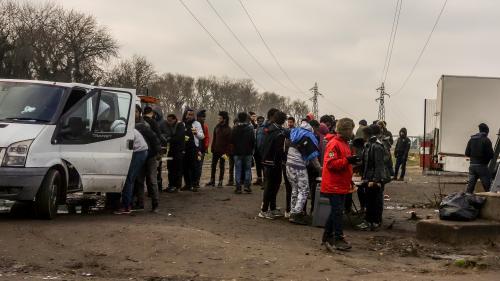 Calais : 18 migrants blessés, dont quatre par balle, lors de rixes