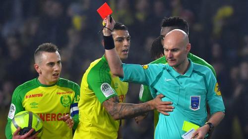 Football : l'arbitre Tony Chapron suspendu trois mois ferme pour avoir taclé un joueur