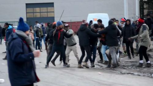 VIDEO. Calais : violents affrontements entre migrants, cinq blessés par balles