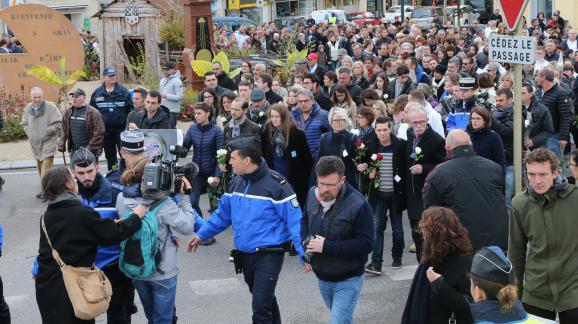 Une marche blanche organisée dans les rues de Gray-la-Ville (Haute-Saône) en mémoire d\'Alexia Daval, le 5 novembre 2017.