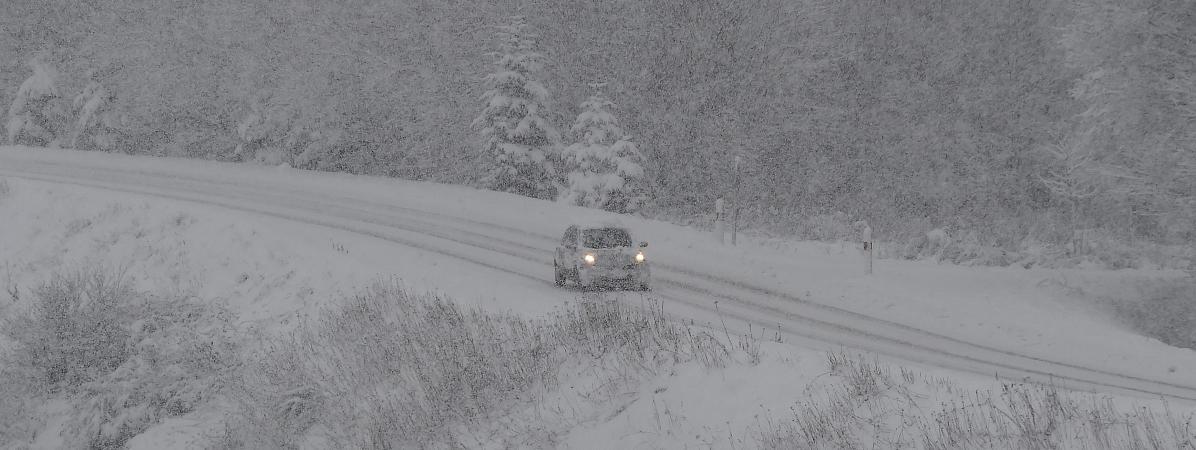 Une route de la Loire sous la neige, le 26 janvier 2018, lors d\'une précédente vague de froid.