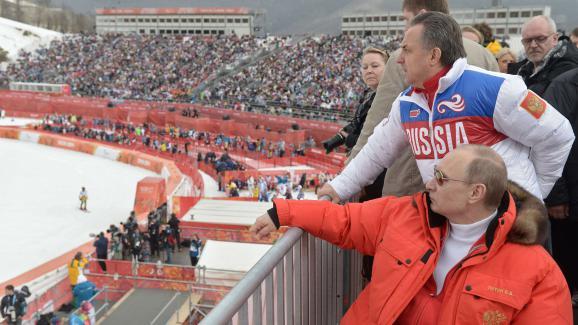Vladimir Poutine (en rouge) et Vitali Moutko (en blanc) assistent à une épreuve des Jeux paralympiques de Sotchi (Russie), le 8 mars 2014.