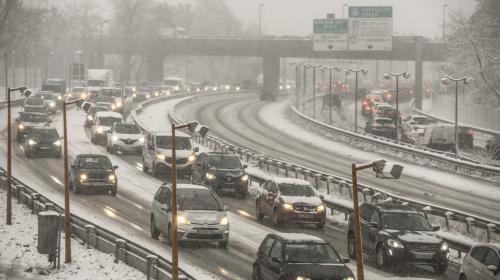 Météo : des embouteillages monstres autour de Paris, les transports perturbés par d'importantes chutes de neige