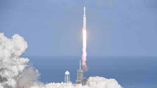 """VIDEO. Revivez le décollage de la fusée Falcon Heavy de SpaceX, décrite comme la """"plus puissante du monde"""""""