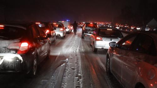 Météo : embouteillages monstres autour de Paris et transports perturbés en raison des chutes de neige