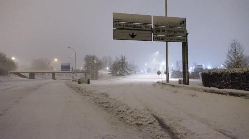 """DIRECT. Neige : la consigne de ne pas circuler en voiture en Ile-de-France est """"maintenue cet après-midi et jusqu'à jeudi"""""""