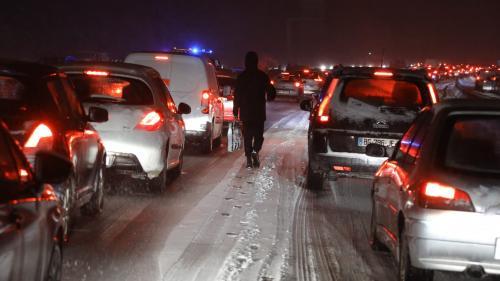 VIDEO. Neige : pagaille à Paris, mais ce n'est pas forcément mieux ailleurs