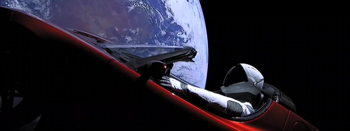 video spacex r ussit mettre une voiture en orbite. Black Bedroom Furniture Sets. Home Design Ideas