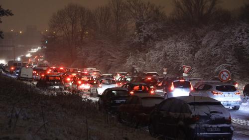 """""""On est là à crever de froid et tout le monde s'en fout"""", déplore une automobiliste bloquée près de Paris"""