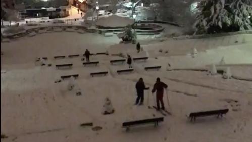VIDEOS. De Montmartre au Champ-de-Mars, on skie dans les rues d'Ile-de-France grâce aux fortes chutes de neige
