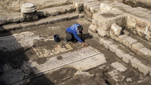 Israël : une rare mosaïque romaine découverte dans le port antique de Césarée