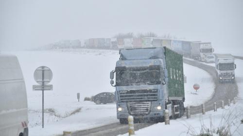 """Poids lourds paralysés par la neige : les transporteurs vont réclamer """"une indemnisation"""""""