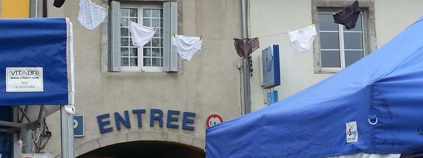 Uneguirlande de sous-vêtements lors du marché de Poligny (Jura).