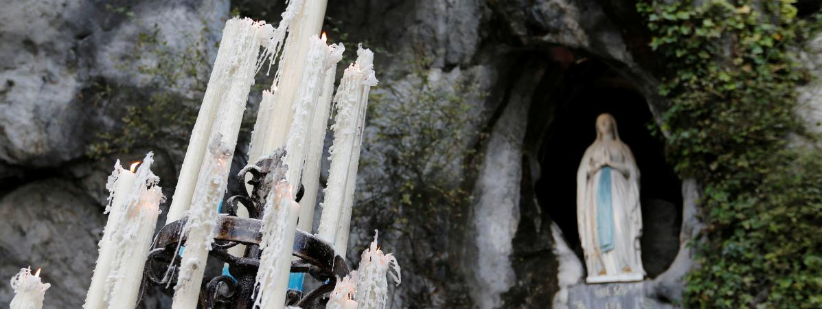 Des cierges à l\'entrée de la grotte de Massabielle, à Lourdes (Hautes-Pyrénées), le 4 novembre 2016.